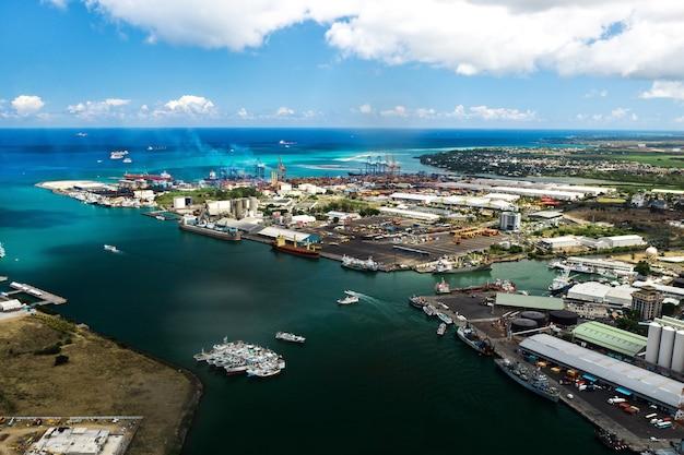 Luftaufnahme des hafens an der uferpromenade von port louis, mauritius, afrika.