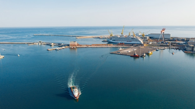 Luftaufnahme des hafens für import und export und logistik, großer hafen von ancona, italien