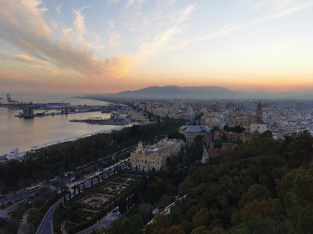 Luftaufnahme des hafens und der stadt malaga in spanien bei sonnenuntergang