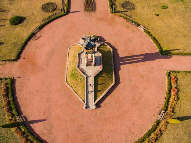 Luftaufnahme des heiligen altars für pilger in zarvanytsia.