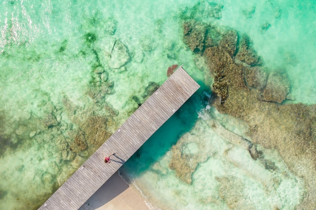 Luftaufnahme des hölzernen piers am sonnigen sommertag in cancun mexiko draufsicht im sommer in der karibik