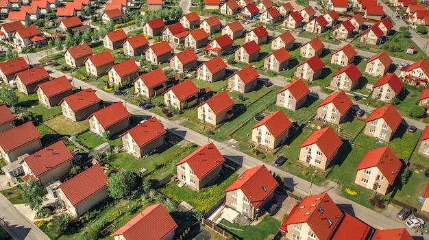 Luftaufnahme des hüttendorfes mit ähnlichen häusern