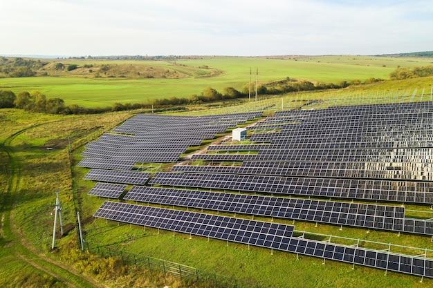 Luftaufnahme des im bau befindlichen solarkraftwerks auf der grünen wiese. montage von elektropaneelen zur erzeugung sauberer ökologischer energie.