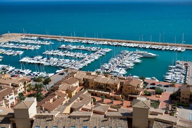 Luftaufnahme des jachthafens von moraira club nautico in alicante