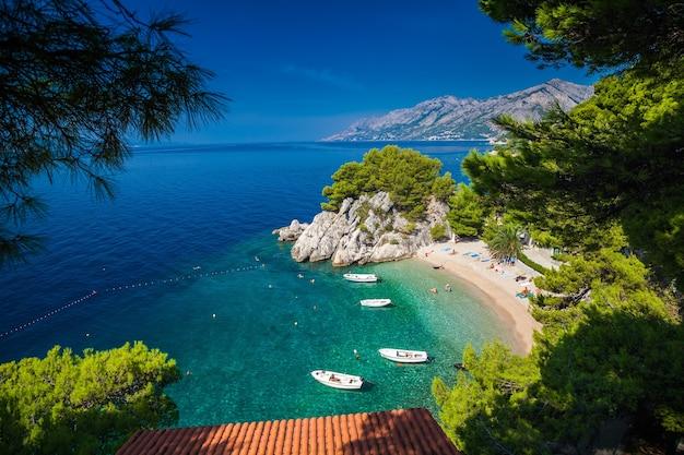 Luftaufnahme des kleinen podrace-strandes in brela, kroatien