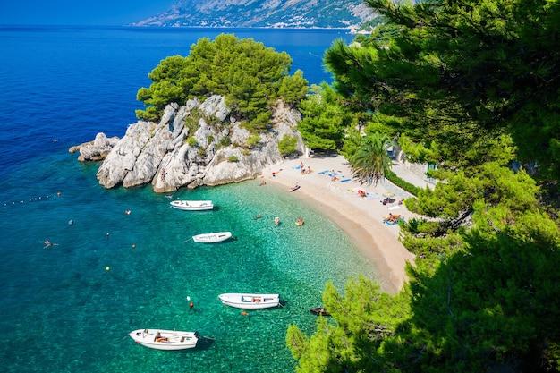 Luftaufnahme des kleinen podrace-strandes in brela, makarska riviera, kroatien
