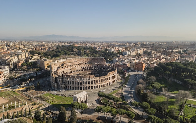 Luftaufnahme des kolosseums am sonnigen tag. rom, italien