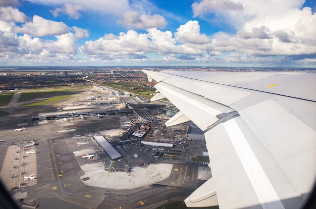 Luftaufnahme des kopenhagener flughafens vom fensterplatz des flugzeugstartes über kopenhagen