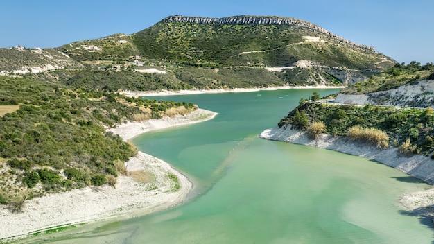 Luftaufnahme des korifi-gipfels und des germasogeia-wasserreservoirs in der nähe von limassol, zypern