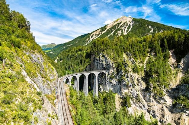 Luftaufnahme des landwasserviadukts in den schweizer alpen