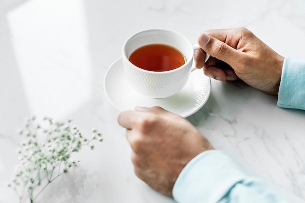 Luftaufnahme des mannes mit einer heißen tasse tee