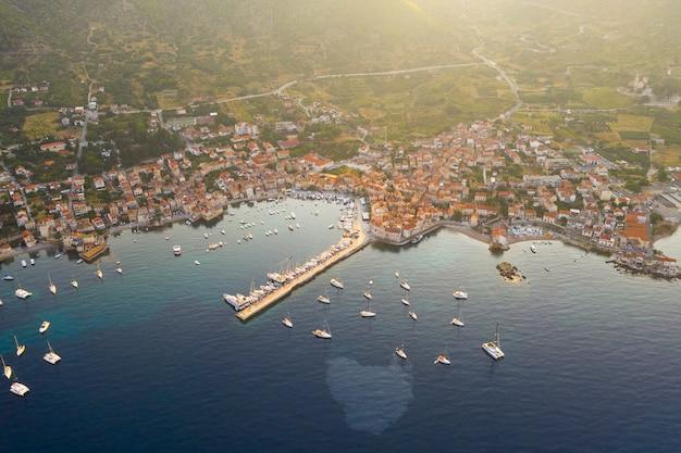 Luftaufnahme des mediterranen fischerdorfes komiza am morgen