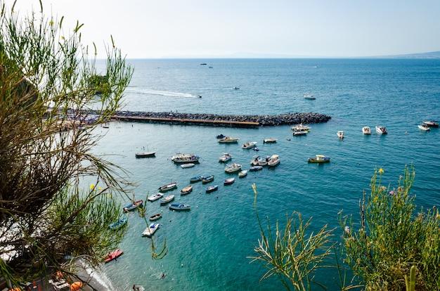 Luftaufnahme des meerblicks und des jachthafens in vico equense, italien