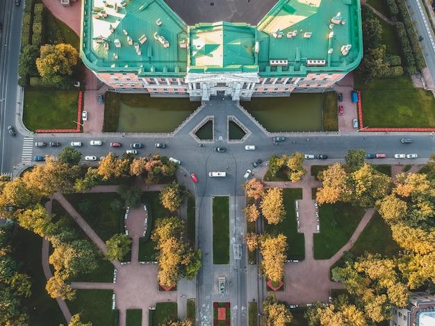 Luftaufnahme des mikhailovsky-schlosses, des palace of engineering. russland, st. petersburg. untergehende sonne. flach liegen