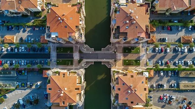 Luftaufnahme des modernen wohnviertels und der häuser von oben, immobilienkonzept