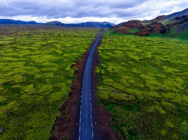 Luftaufnahme des moosigen lavafeldes in island