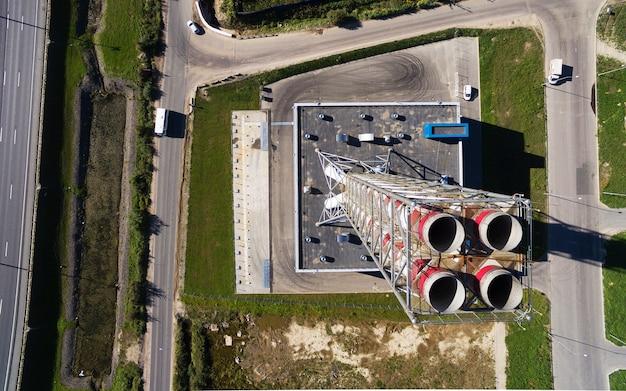 Luftaufnahme des neuen modernen gaskesselhauses nahe der straßenbahn