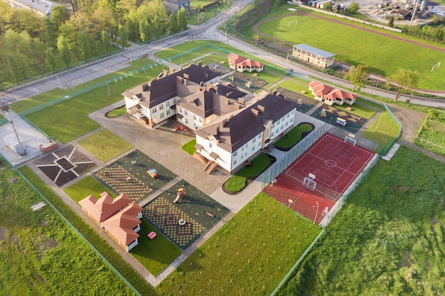 Luftaufnahme des neuen prescool gebäudes im ländlichen wohngebiet.
