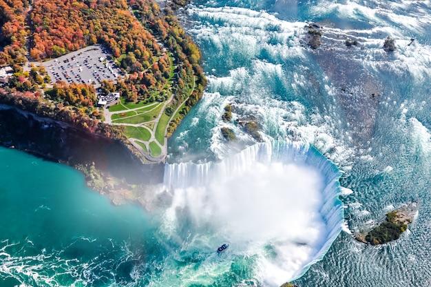 Luftaufnahme des niagara-wasserfalls im herbst