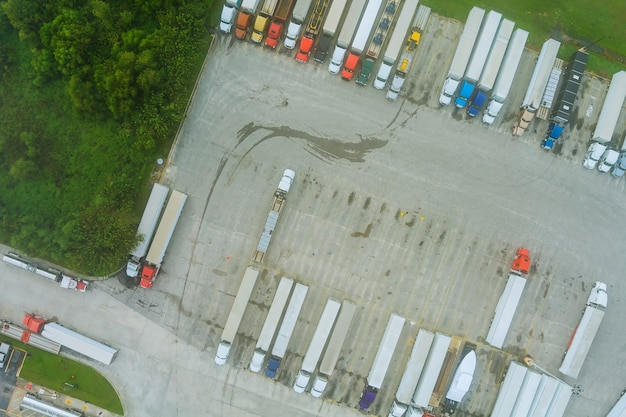 Luftaufnahme des parkplatzes mit lkw beim transport von lkw-rastplatz-dock