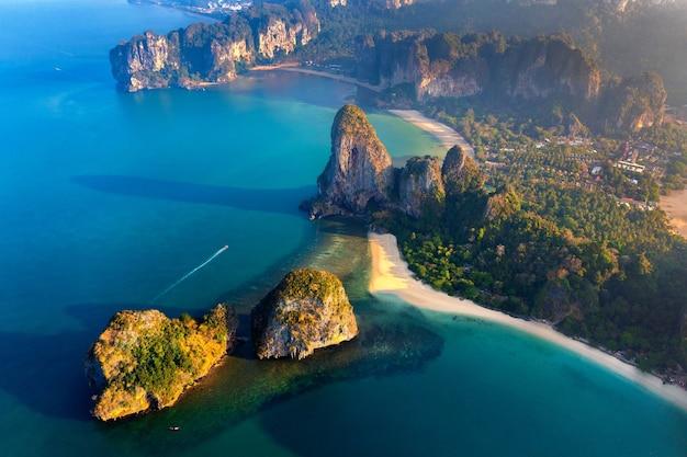 Luftaufnahme des railay-strandes in krabi, thailand.