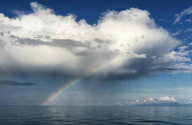 Luftaufnahme des regenbogens über dem meer luftaufnahme des regenbogens über dem meer und der insel