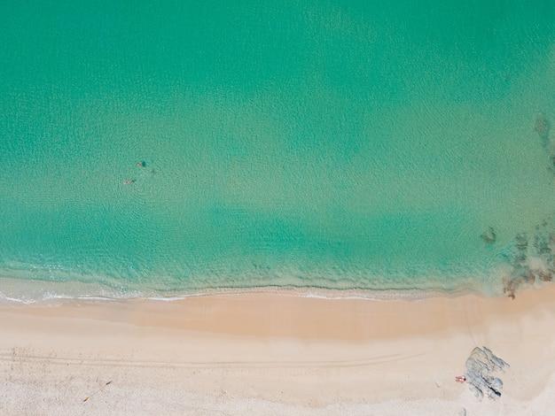 Luftaufnahme des ruhigen meeres und des himmlischen strandes