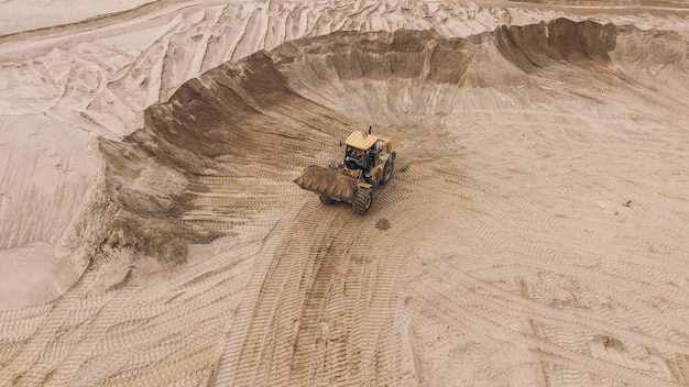 Luftaufnahme des sandsteinbruchs mit bulldozer