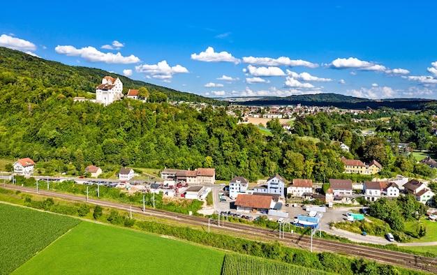 Luftaufnahme des schlosses wildegg in aargau, schweiz