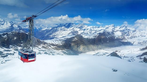 Luftaufnahme des schneebedeckten bergmatterhorns mit skihaus, zermatt, schweiz
