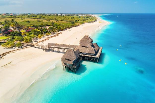Luftaufnahme des schönen hotels auf dem wasser im ozean bei sonnenuntergang