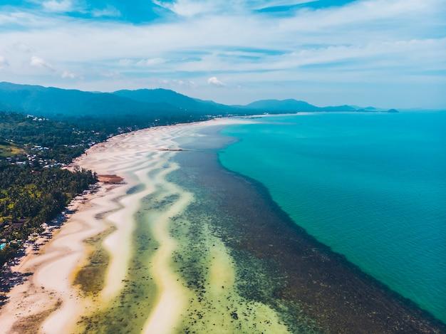 Luftaufnahme des schönen tropischen strandes und des meeres mit bäumen auf der insel
