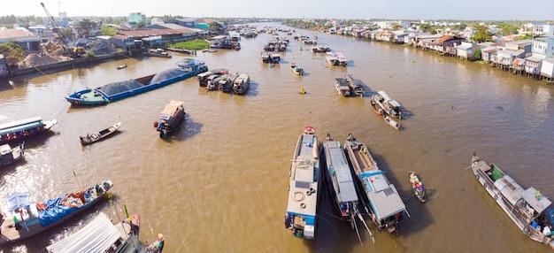 Luftaufnahme des schwimmenden marktes cai rang bei sonnenaufgang, boote, die großhandelsfrüchte und -waren auf can tho river, mekong-delta-region, vietnam verkaufen