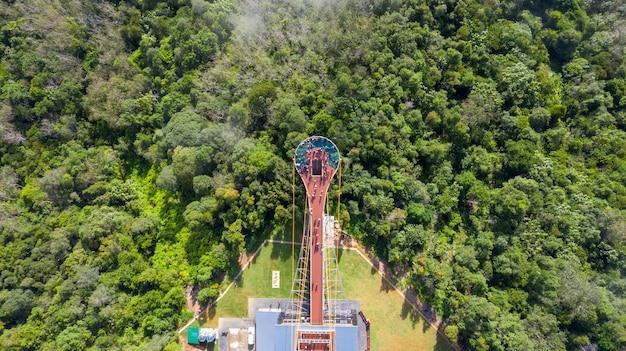 Luftaufnahme des skywalk neuen standorts und des aussichtspunkts für die beobachtung des nebelmeeres bei ai yerweng, betong yala, thailand 2020 draufsicht