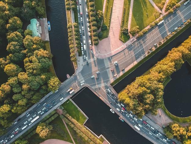 Luftaufnahme des sommergartens, straßen, bäume, fluss moika. russland, st. petersburg. untergehende sonne.