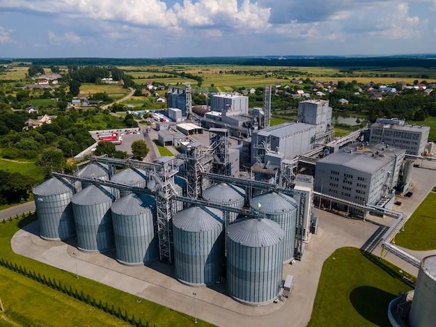 Luftaufnahme des sonnigen sommertages des fabrikkopierraums. lagerbehälter