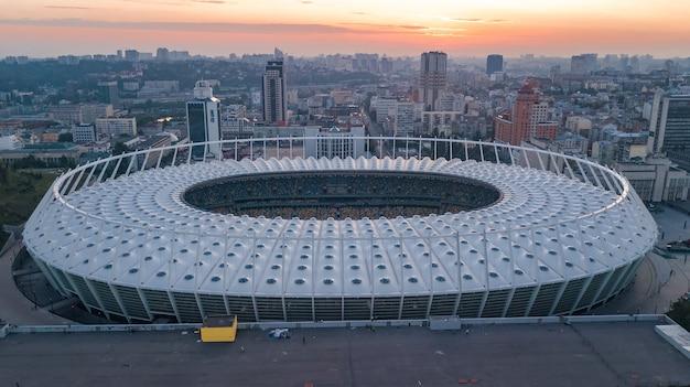 Luftaufnahme des stadions und des kiewer stadtbildes auf sonnenuntergang