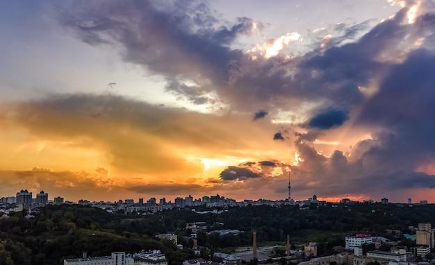 Luftaufnahme des stadtbildes der stadt kiew auf sonnenuntergang, kiew, ukraine