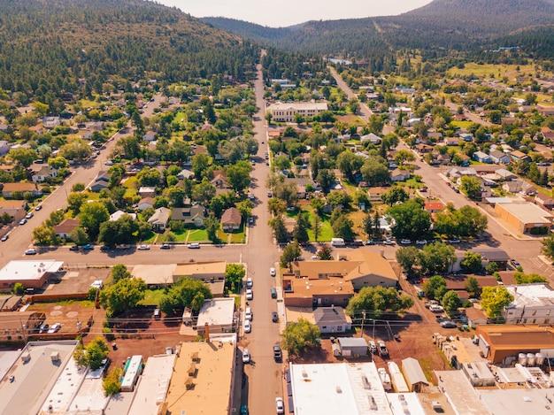 Luftaufnahme des stadtzentrums von williams in arizona, eine aufnahme des stadtbildes