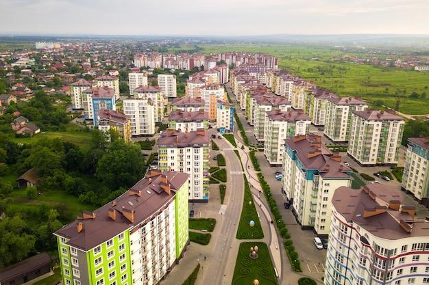 Luftaufnahme des städtischen wohngebiets mit hohen wohngebäuden.