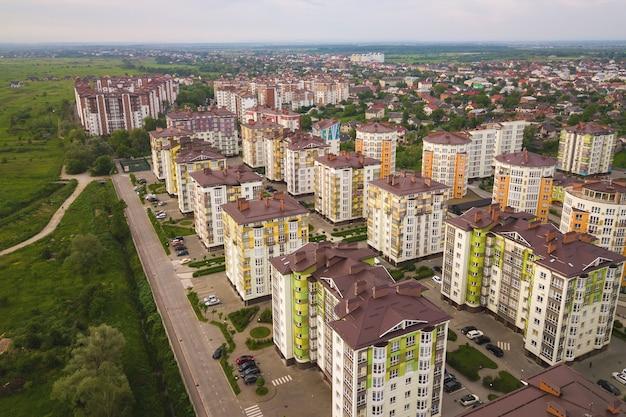 Luftaufnahme des städtischen wohngebiets mit hohen wohnhäusern