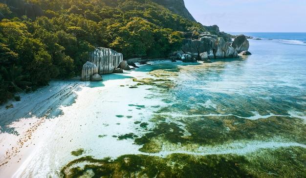 Luftaufnahme des strandes anse source d'argent auf der insel la digue, seychellen