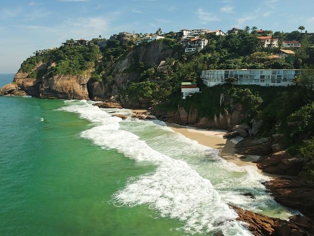 Luftaufnahme des strandes joatinga, rio de janeiro, brasilien. sonniger tag. drohnenfoto.