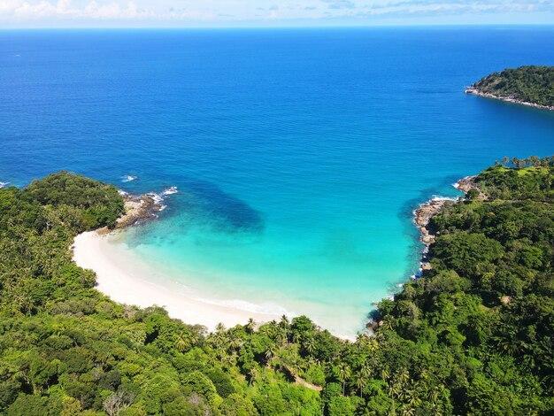 Luftaufnahme des strandes mit blauem meer