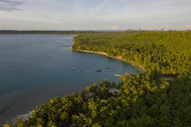 Luftaufnahme des strandes mit weißem sand und türkisfarbenem klarem wasser in indonesien