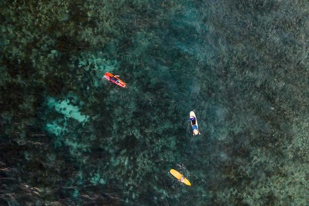 Luftaufnahme des surfers im ozean