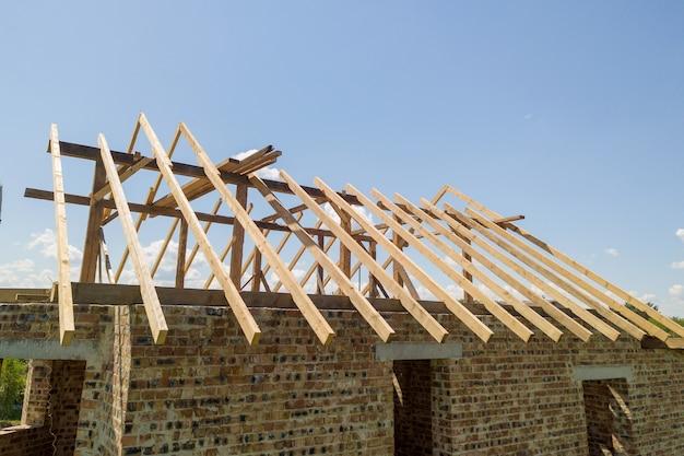 Luftaufnahme des unfertigen hauses mit hölzerner dachrahmenkonstruktion im bau.