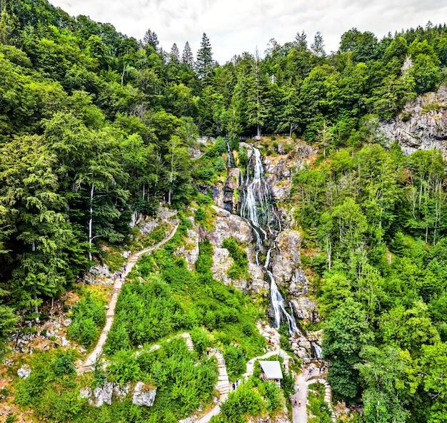 Luftaufnahme des wasserfalls todtnau im schwarzwald. einer der höchsten wasserfälle deutschlands