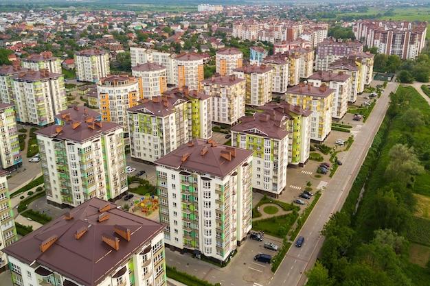 Luftaufnahme des wohngebiets der stadt mit hohen wohnhäusern.