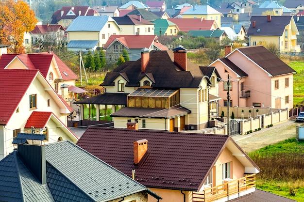 Luftaufnahme des wohngebiets mit modernen häusern in der ivano-frankivskstadt, ukraine